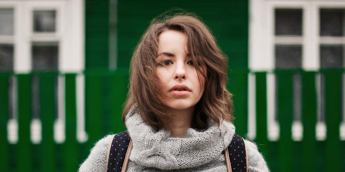 Vrouw in trui kijkt uitdagend