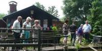 Permacultuurtuin Holtum bezoekers bij vijver