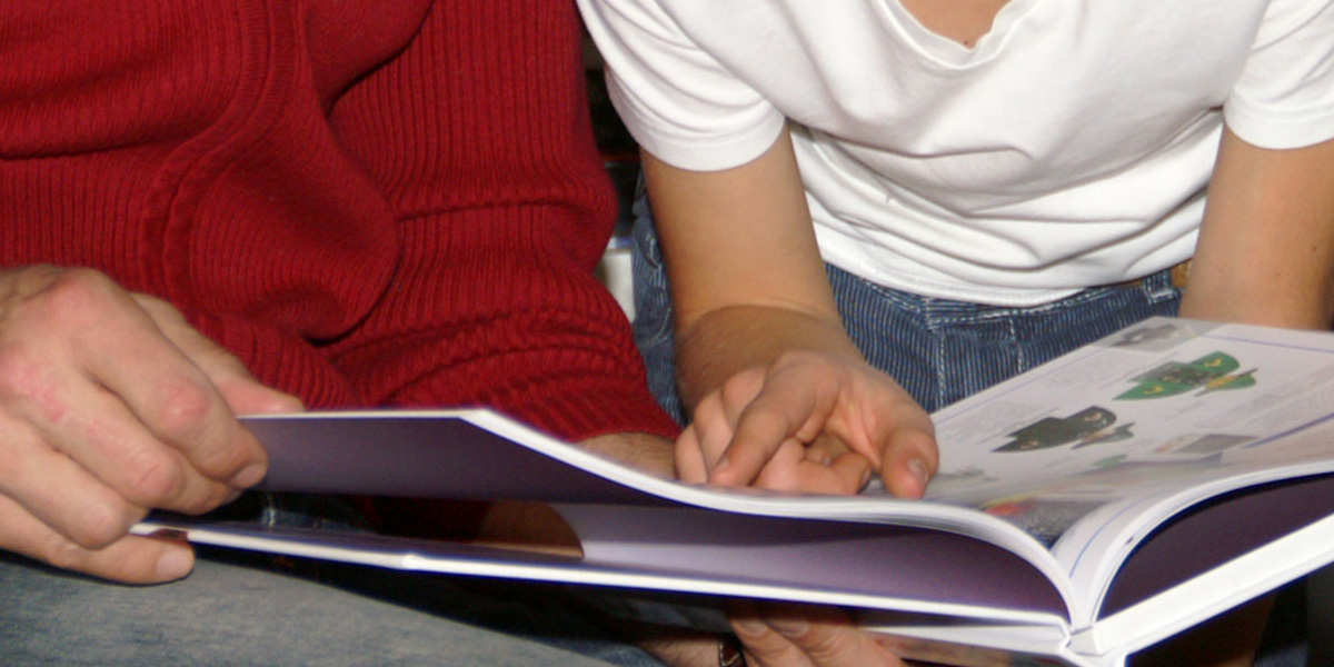 Handen met boek