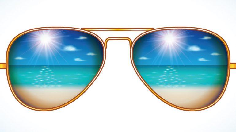 Zonnebril met weerkaatsing zee en strand