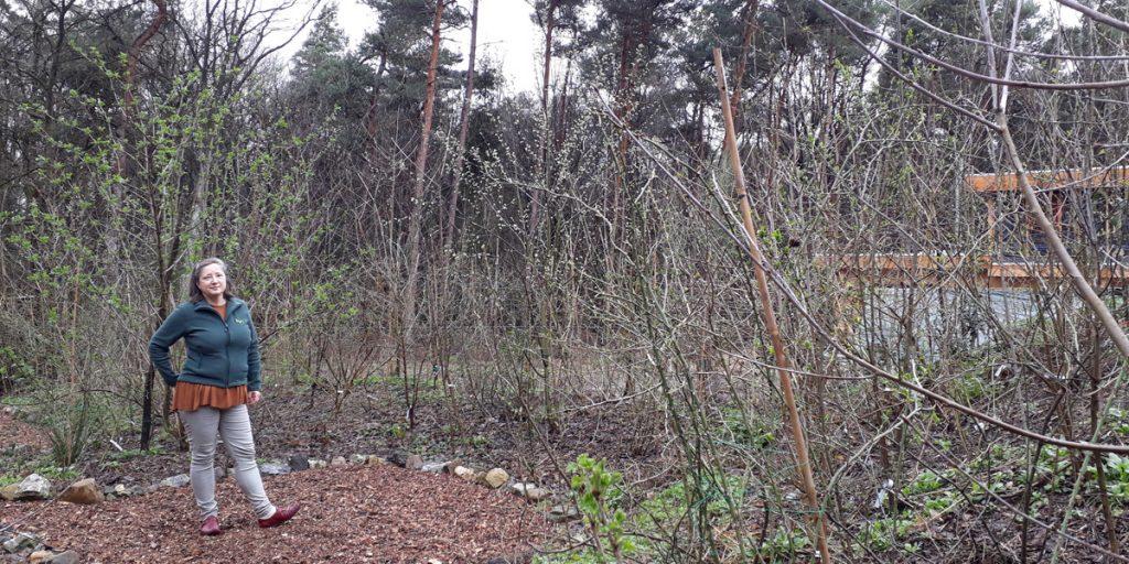 Karin van Toor in haar eigen tiny forest