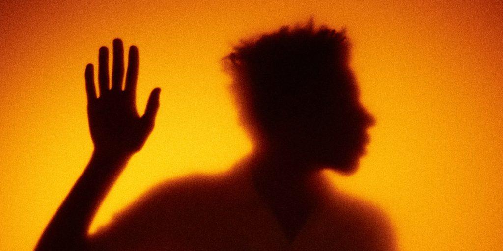Silhouet van persoon: wie zijn podcastluisteraars?