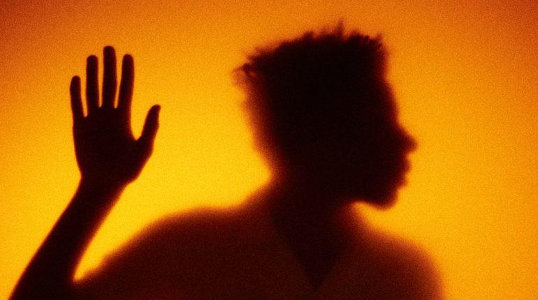 Silhouet van man: wie is de podcastluisteraar?