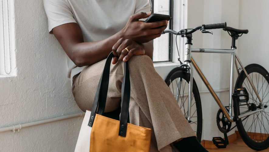 Persoon leest Discupost op smartphone