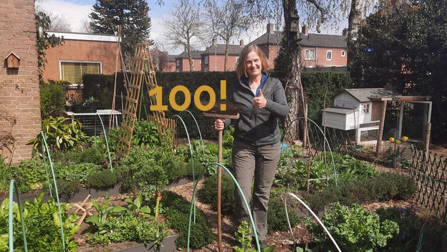 Podcaster Ivonne Smit viert 100ste aflevering in haar tuin