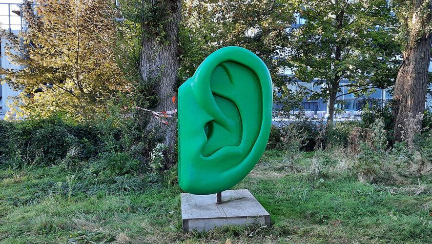 Kunstwerk groen oor in Amsterdam-Noord